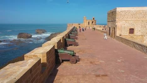 Antena-A-Lo-Largo-De-Las-Murallas-Del-Fuerte-En-Essaouira-Marruecos