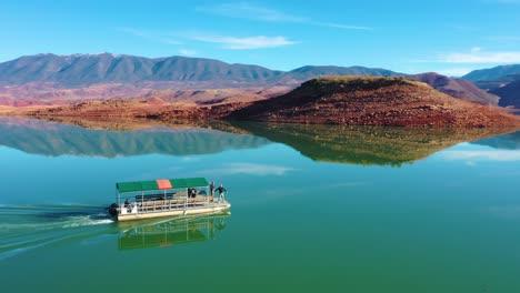 Antena-Sobre-Pontón-Barco-Turístico-En-El-Lago-Bin-El-Ouidane-Marruecos-1