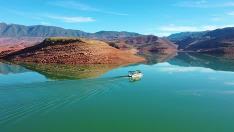 Antena-Sobre-Pontón-Barco-Turístico-En-El-Lago-Bin-El-Ouidane-Marruecos-2