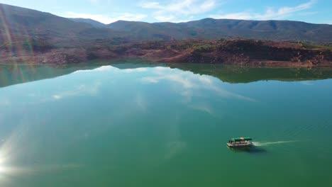 Antena-Sobre-Pontón-Barco-Turístico-En-El-Lago-Bin-El-Ouidane-Marruecos-4