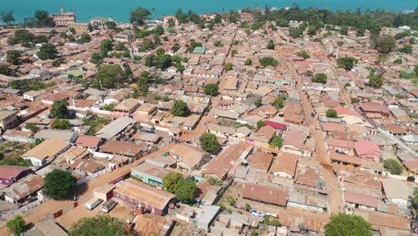 Gute-Luftaufnahmen-Einer-Küstenstadt-In-Westafrika-Banjul-Gambia