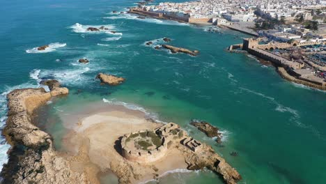 Bonita-Revelación-Aérea-De-La-Ciudad-De-Essaouira-Marruecos-Y-Ruinas-En-Una-Pequeña-Isla-En-Alta-Mar