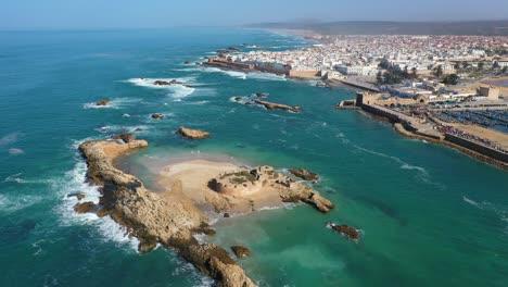 Bonita-Revelación-Aérea-De-La-Ciudad-De-Essaouira-Marruecos-Y-Ruinas-En-Una-Pequeña-Isla-En-Alta-Mar-1