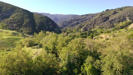 Hermosa-Antena-Hasta-Un-Remoto-Cañón-Deshabitado-En-Las-Montañas-De-Santa-Ynez-A-Lo-Largo-De-La-Costa-Central-De-California