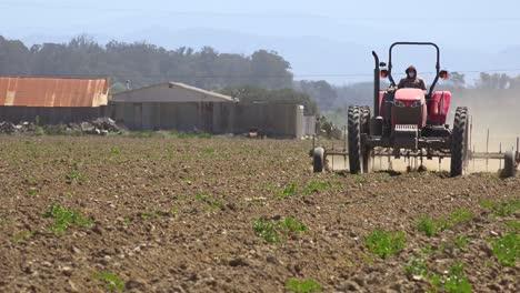 Tractor-Agrícola-Se-Mueve-A-Través-De-Un-Paisaje-Seco-Y-Polvoriento-En-California-Lo-Que-Sugiere-Sequía-Y-Cambio-Climático-1