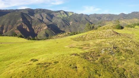 Schöne-Antenne-über-Grasland-Und-Abgelegenen-Hügeln-Und-Bergen-In-Santa-Barbara-County-Zentralkalifornien-2