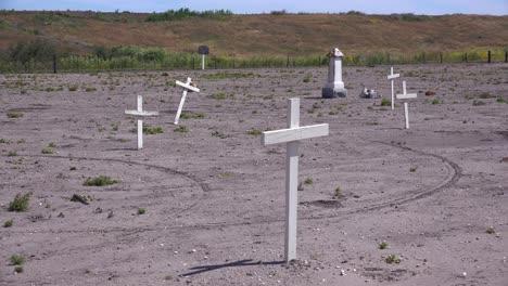 Las-Tumbas-De-Los-Trabajadores-Agrícolas-Hispanos-Inmigrantes-Mexicanos-Desconocidos-Están-Marcadas-Con-Cruces-En-Un-Cementerio-Cerca-De-Guadalupe-1
