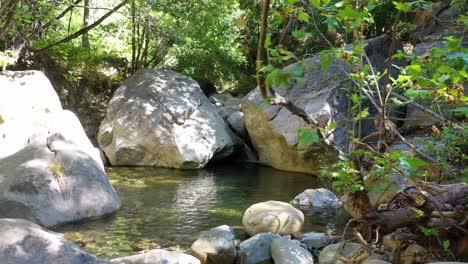 Antena-Lenta-Alrededor-De-Una-Cascada-Y-El-Agua-De-La-Piscina-Del-Arroyo-Que-Fluye-En-Las-Montañas-De-Santa-Ynez-California
