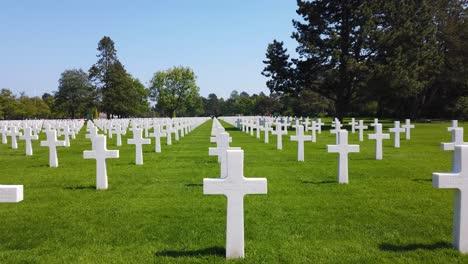 Panorámica-Shot-A-Través-De-La-Segunda-Guerra-Mundial-El-Cementerio-Americano-De-Normandía-En-Francia