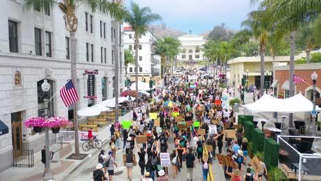 Excelente-Antena-Sobre-Multitudes-Grandes-Vidas-Negras-Importan-Marcha-De-Protesta-De-Blm-Marchando-A-Través-De-Una-Pequeña-Ciudad-Ventura-California-2