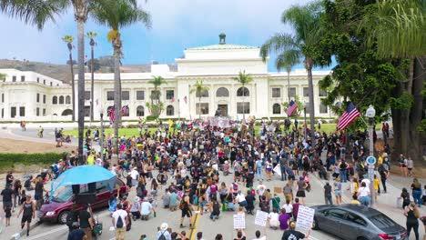 Excelente-Antena-Sobre-Multitudes-Grandes-Vidas-Negras-Importan-Marcha-De-Protesta-De-Blm-Marchando-A-Través-De-Una-Pequeña-Ciudad-Ventura-California-4