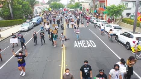 Antena-Sobre-Multitudes-Grandes-Vidas-Negras-Importan-Marcha-De-Protesta-De-Blm-Marchando-A-Través-De-Una-Pequeña-Ciudad-Ventura-California-4