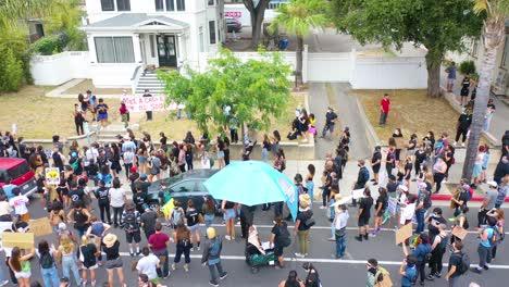 Antena-Sobre-Multitudes-Grandes-Vidas-Negras-Importan-Marcha-De-Protesta-De-Blm-Marchando-A-Través-De-Una-Pequeña-Ciudad-Ventura-California-5