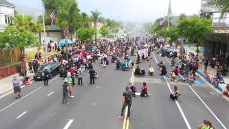 Antena-Sobre-Multitudes-Grandes-Vidas-Negras-Importan-Marcha-De-Protesta-De-Blm-Marchando-A-Través-De-Una-Pequeña-Ciudad-Ventura-California-7