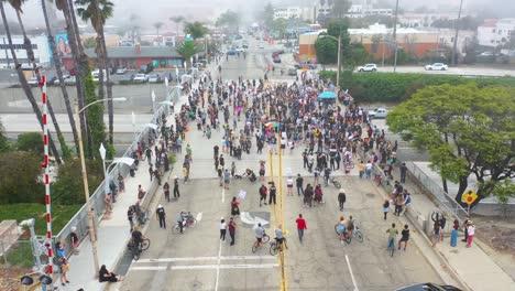 Alta-Antena-A-Través-De-Grandes-Multitudes-En-El-Viaducto-De-La-Autopista-Las-Vidas-Negras-Importan-Protesta-De-Blm-En-Ventura-California-3