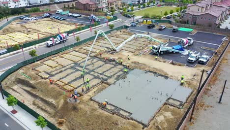 Remarkable-Vista-Aérea-Over-Construcción-Site-With-Giant-Crane-And-Workers-Pouring-Concrete-Foundation-In-Ventura-California-6