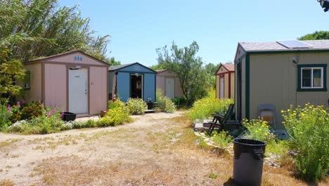 Antena-De-Cobertizos-De-Almacenamiento-Convertidos-En-Campamentos-Para-Personas-Sin-Hogar-En-El-área-Del-Lecho-Del-Río-De-Ventura-Oxnard-California