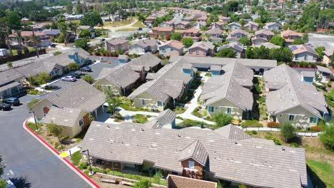 Antena-Sobre-Una-Aldea-De-Jubilados-Para-El-Vecindario-De-Personas-Mayores-En-Simi-Valley-California-1
