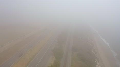 Antena-Sobre-Una-Autopista-Neblinosa-Us-101-Pacific-Coast-Highway-Con-Tráfico-A-Lo-Largo-De-La-Costa-De-California-2