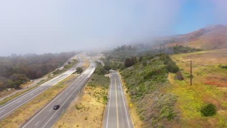 Antena-Sobre-Una-Autopista-Neblinosa-Us-101-Pacific-Coast-Highway-Con-Tráfico-A-Lo-Largo-De-La-Costa-De-California-4