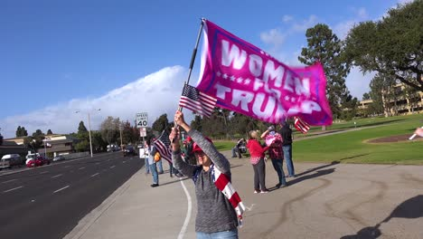 Los-Partidarios-De-Trump-Protestan-Contra-El-Fraude-Electoral-En-Las-Elecciones-Presidenciales-De-Los-Estados-Unidos-Con-Grandes-Banderas-Ondeando-En-La-Calle-En-Ventura-California-Las-Mujeres-De-Trump-Están-Representadas