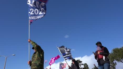 Los-Partidarios-De-Trump-Protestan-Contra-El-Fraude-Electoral-En-Las-Elecciones-Presidenciales-De-Estados-Unidos-Con-Grandes-Banderas-Ondeando-En-La-Calle-En-Ventura-California