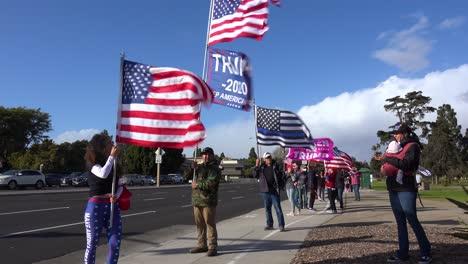 Los-Partidarios-De-Trump-Protestan-Contra-El-Fraude-Electoral-En-Las-Elecciones-Presidenciales-De-Estados-Unidos-Con-Grandes-Banderas-Ondeando-En-La-Calle-En-Ventura-California-2