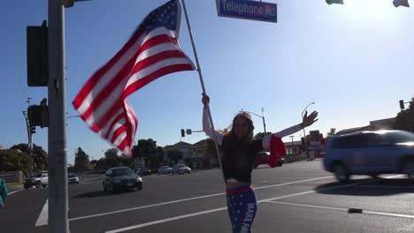 Los-Partidarios-De-Trump-Protestan-Contra-El-Fraude-Electoral-En-Las-Elecciones-Presidenciales-De-Estados-Unidos-Con-Grandes-Banderas-Ondeando-En-La-Calle-En-Ventura-California-3