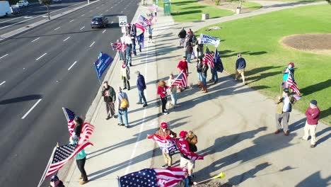 Antena-Sobre-Los-Partidarios-De-Trump-En-El-Mitin-De-Protesta-Por-El-Fraude-Electoral-En-La-Esquina-De-La-Calle-En-Ventura-California-4