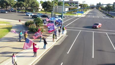Antena-Sobre-Los-Partidarios-De-Trump-En-El-Mitin-De-Protesta-Por-El-Fraude-Electoral-En-La-Esquina-De-La-Calle-En-Ventura-California-8