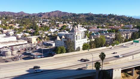 Antena-Del-Hotel-De-La-Torre-De-Hollywood-Con-El-Primer-Plano-De-La-Autopista-De-Hollywood-Y-El-Fondo-De-Las-Colinas-De-Hollywood