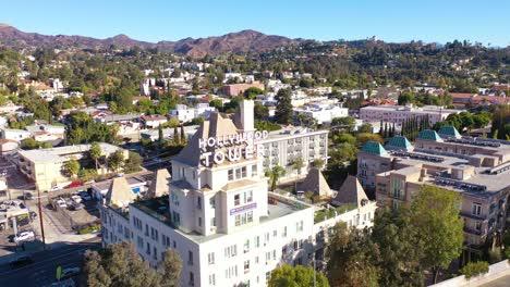 Antena-Sobre-El-Hollywood-Tower-Hotel-Revela-El-Observatorio-Del-Parque-Griffith-Y-El-Letrero-De-Hollywood-Distante