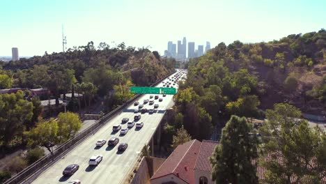 Vista-Aérea-Freeway-Cars-Travel-Along-The-110-Freeway-In-Los-Angeles-Through-Tunnels-And-Towards-Downtown-Skyline-2