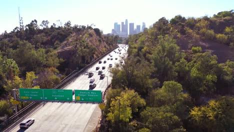 Luftautos-Fahren-Auf-Der-Autobahn-110-In-Los-Angeles-Durch-Tunnel-Und-In-Richtung-Der-Skyline-Der-Innenstadt-3