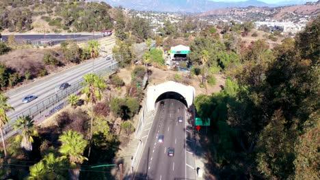 Los-Coches-De-La-Autopista-Aérea-Viajan-A-Lo-Largo-De-La-Autopista-110-En-Los-Ángeles-A-Través-De-Túneles-Y-Hacia-El-Centro-De-La-Ciudad-5