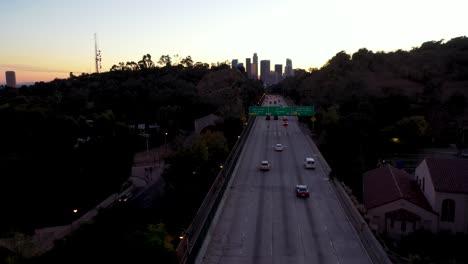 Antena-De-Noche-O-Al-Anochecer-Sobre-La-Autopista-110-Del-Puerto-De-Pasadena-Y-El-Tráfico-Que-Conduce-Al-Centro-De-Los-Angeles-1