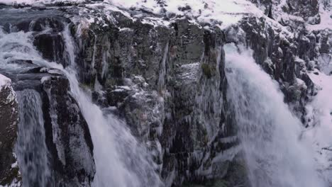 Las-Cascadas-Se-Ven-En-Primer-Plano-En-La-Montaña-Kirkjufell-En-La-Península-De-Snaefellsne-En-Islandia