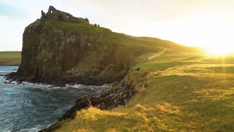Las-Ruinas-Del-Castillo-De-Duntulm-Se-Ven-Al-Atardecer-En-La-Isla-De-Skye-En-Escocia-