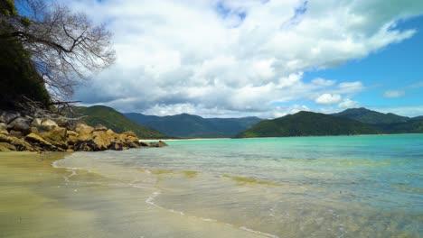 Las-Olas-Bañan-La-Arena-En-La-Playa-De-Motukiekie-En-La-Isla-Sur-De-Nueva-Zelanda