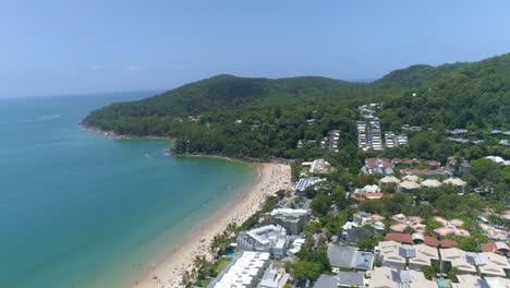 Una-Vista-Aérea-Muestra-A-Los-Turistas-Disfrutando-De-La-Playa-En-La-Comarca-De-Noosa-En-Queensland-Australia