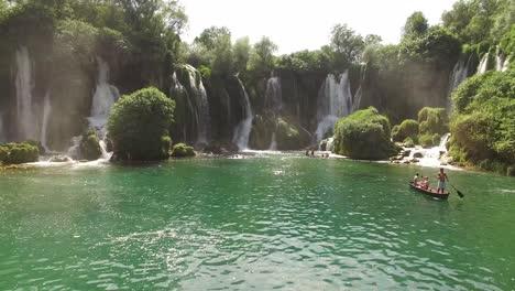 Los-Turistas-Disfrutan-De-Nadar-Y-Pasear-En-Bote-Por-El-Río-Trebizat-Cerca-De-La-Cascada-Kravica-En-Mostar-Bosnia