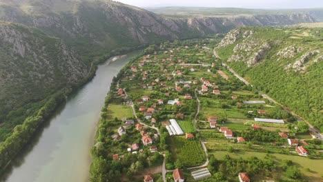 Una-Vista-Aérea-Muestra-El-Pueblo-De-Pocitelj-Bosnia-Y-El-Río-Neretva-Que-Corre-A-Lo-Largo