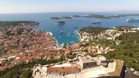 An-Vista-Aérea-View-Of-Hvar-Croatia-Highlights-The-Tvrdava-Fortica-And-Boats-Coming-In-To-The-Harbor
