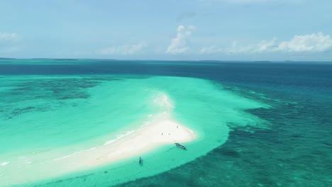 Una-Vista-Aérea-Muestra-Barcos-Y-Turistas-Disfrutando-De-La-Isla-De-La-Serpiente-En-Indonesia-1