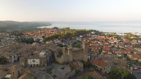 Una-Vista-Aérea-Muestra-Un-Fuerte-En-Toscana-Italia
