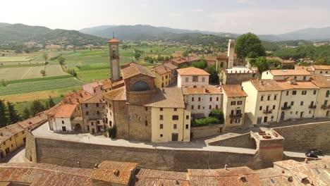 Una-Vista-Aérea-Muestra-Un-Monasterio-En-Toscana-Italia