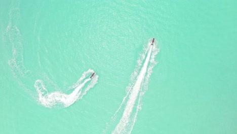 Los-Turistas-Van-En-Moto-De-Agua-En-Maldivas-1