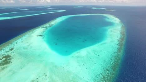 Una-Vista-Aérea-Muestra-El-Arrecife-En-Las-Afueras-De-Maldivas-