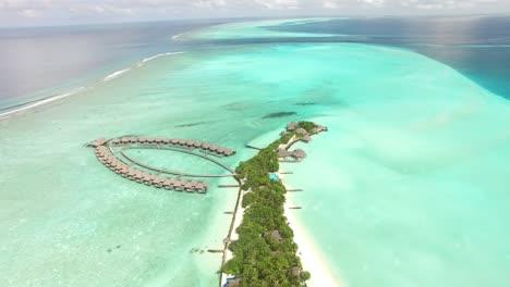 Una-Vista-Aérea-Muestra-Alojamientos-En-Una-Isla-Turística-De-Maldivas.