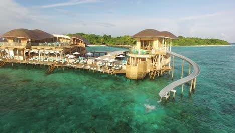 Una-Mujer-Baja-Por-Un-Tobogán-De-Agua-En-Un-Resort-En-Una-Isla-De-Maldivas